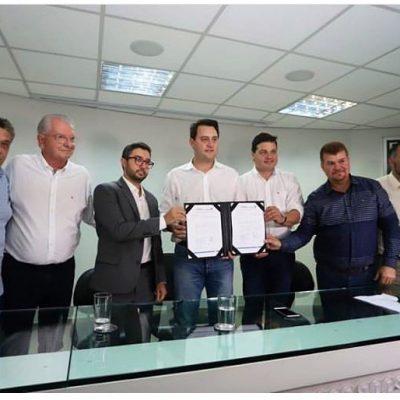 Assinamos  a autorização para contratação de projeto executivo para Avenida Ayrton Senna em Paranagua: 3,3 milhões.