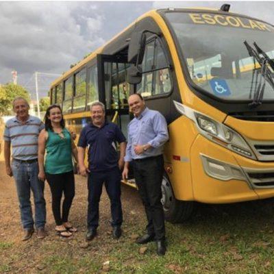Recebi a foto dos vereadores Gilson, Enio, Helen e Jorge de Tibagi ao lado de mais um ônibus escolar que destinei ao município.