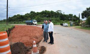Carambeí: Sandro Alex vistoria obras de pavimentação da Estrada do Catanduvas